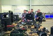 Pascal Ladriere fra Gima i Frankrig sammen med hans hold af teknikkere så nærmere på bagtøjet i traktoren.