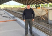 Jacob Pedersen i den nye kvægstald, som han er ved at få opført. Pressefoto.