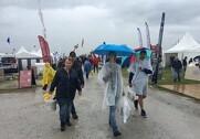 Paraplyer og regnslag måtte frem på førstedagen af Borgeby Feltdage. Foto: Erik Suhr