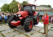 Den litauiske Zetor-importør forsøger at slå verdens-rekorden med verdens største mark-maleri. Forsøget udføres med en Zetor-traktor og en Unia-sprøjte med hvid maling på en 20 hektar stor mark.