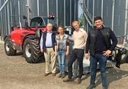 To af tre generationer og en ny Manitou MT1840. Fra venstre er det Finn Lehnshøj, Anne Marie Nymann, Peter Nymann og Michael Lehnshøj.