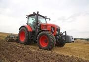 Med M7 tilbyder Kubota landbruget rigtig fine traktorer i effektintervallet 130-170 hestekræfter. De tre modeller leveres med enten med trinløs transmission eller en 24 trins semi powershift transmission.
