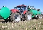Case IH Puma 200 CVX med dobbelthjul på både foraksel og bagaksel, samt dobbelt hjul på forakselen af den 20 ton gyllevogn, gør den forholdsvis lille traktor i stand til at håndtere 23 kubikmeter gylle uden problemer. Fotos: Morten Damsgaard.