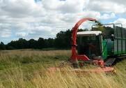 Den nyudviklede specialmaskine tegner til at kunne høste græs fra enge og ådale billigere og mere effektivt end udenlandske maskiner. Foto: Naturstyrelsen.