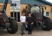 Til venstre ses Arne Spejlborg fra Agco Danmark og til højre Anders Mikkelsen, direktør i Karl Mertz. Pressefoto