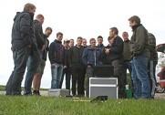 Produktionsleder-eleverne fra Dalum Landbrugsskole får undervisning i brug af droner. Foto: Mads Blenker.