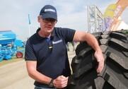 Åge Boller, produktchef hos Michelin viser her, hvor bred en dækprofil dækket får ved markarbejde. Fotos: Morten Damsgaard.