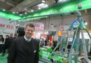Den danske salgschef for Bauer, Jacob Johnsen påpeger stor energibesparelse i brugen af et pivot vandingsanlæg. Foto: Morten Damsgaard.