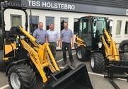 Gehl er nu en del af produktprogrammet hos TBS Holstebro. Fra venstre ses Steffen Gürring, TBS, Henrik Lund, Stenderup AS og Thomas Lilleholt, TBS. Pressefoto.