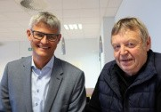 Projekt Direktør Lars Byberg (tv), SBS Kliplev, og kvægbruger Lorens Peter Jørgensen, Varnæs, underskriver leverandøraftalen. Pressefoto.