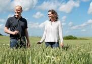 Kristian og Maria Lundgaard-Karlshøj driver sammen med medarbejderne i alt 700 hektar med hestebønner, korn, raps, frøgræs og kløvergræs. Foto: Jens Bach