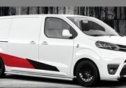 Toyota ProAce GR Sport ruller på sortlakerede 19-tommerhjul og er pyntet op med sidebars, staffage og sportsemblemer. Pressefoto.